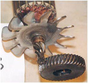 Отрезная пила по металлу. Поврежденные зубья косозубой передачи и срезанная